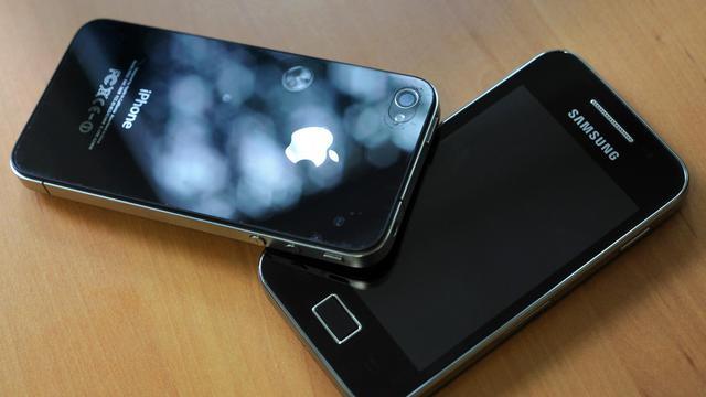 Photo datant du 12 octobre 2012 d'un iPhone 4 d'Apple et d'un téléphone Samsung [Damien Meyer / AFP/Archives]