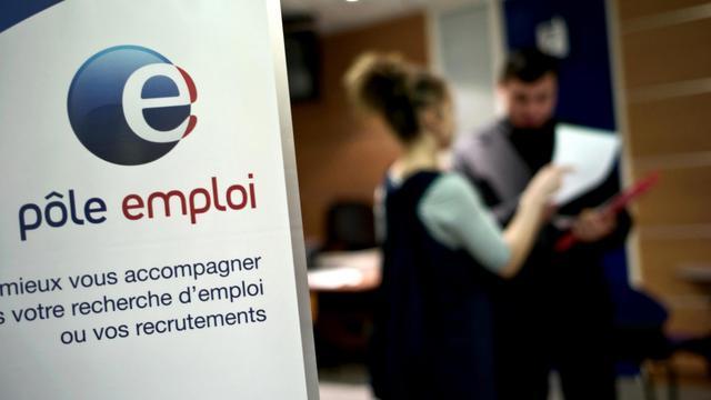 Photo prise le 29 février 2009, dans une agence Pôle emploi de Dijon, d'un employé conseillant un demandeur d'emploi [Jeff Pachoud / AFP/Archives]