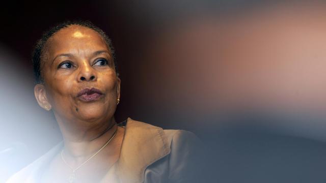 """La ministre de la Justice Christiane Taubira, interrogée mercredi à la sortie du conseil des ministres, a reconnu qu'il y avait encore """"beaucoup de travail à faire"""" avant de boucler le projet de loi sur le mariage et l'adoption homosexuels. [AFP]"""