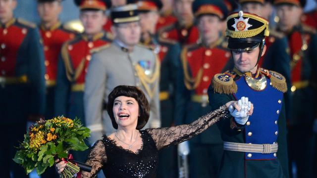 """La chanteuse de variété française Mireille Mathieu a estimé que les jeunes femmes du groupe de punk rock russe Pussy Riot avaient commis un """"sacrilège"""" en organisant une action anti-Poutine dans une cathédrale, dans une interview publiée mercredi sur le site d'une chaîne russe.[AFP]"""