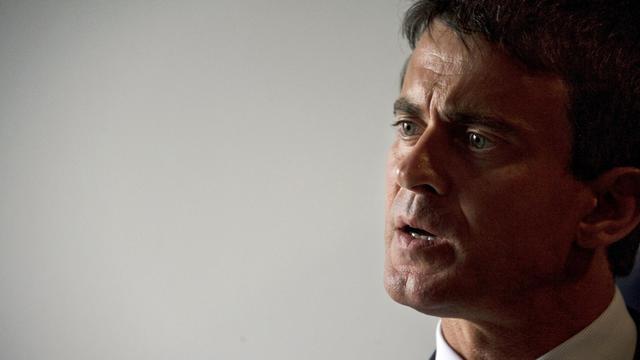 """Le ministre de l'Intérieur Manuel Valls a défendu vendredi sur RTL les gendarmes qui enquêtent sur la tuerie de Haute-Savoie, jugeant qu'ils n'avaient commis """"aucune faute"""" en ne remarquant pas pendant huit heures une fillette de 4 ans vivante, au milieu des morts. [AFP]"""