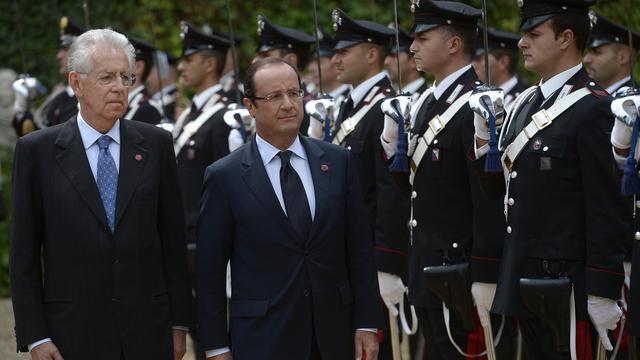 """Les dirigeants français et italien François Hollande et Mario Monti se sont présentés mardi à Rome en """"gardiens des décisions"""" prises au sommet européen de fin juin pour alléger les tensions sur les marchés obligataires italiens et espagnol et relancer la croissance en Europe.[AFP]"""