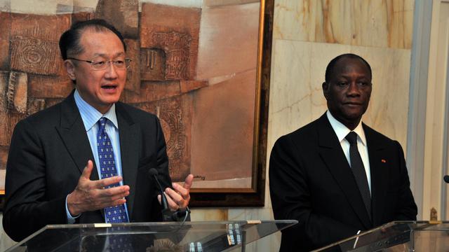 """Le nouveau président de la Banque mondiale, Jim Yong Kim, consacre son premier voyage officiel à l'Afrique, avec une étape mardi à Abidjan, où il a apporté son soutien au président Alassane Ouattara, qui lui a demandé une """"hausse substantielle"""" des montants accordés à son pays.[AFP]"""