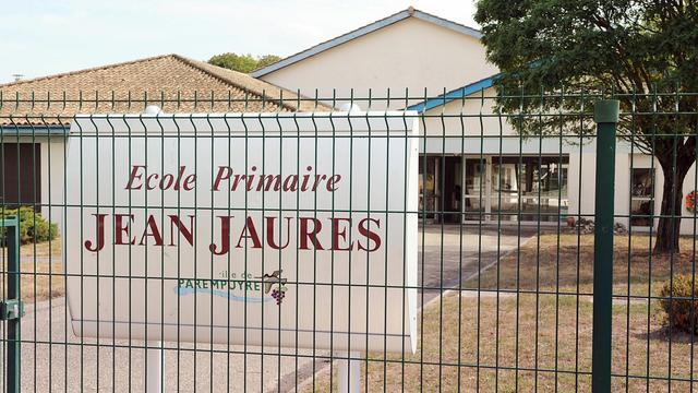 """Les enfants de l'école primaire Jean Jaurès à Parempuyre (Gironde) et leurs parents n'ont pas attendu la réouverture de l'école jeudi pour tenter de soigner le traumatisme d'une rentrée """"comme un mauvais film"""", marquée par un coup de feu et la crainte d'un """"tueur fou"""".[AFP]"""