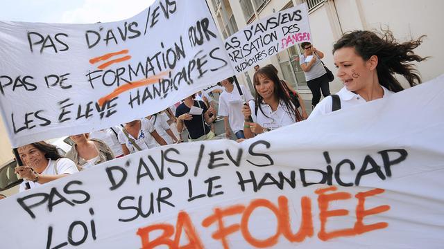 Une trentaine de parents d'élèves handicapés et de chefs d'établissements de l'enseignement catholique de Gironde ont manifesté mercredi à Bordeaux contre le non renouvellement de contrats d'EVS et AVS, privant pour l'instant de scolarisation une centaine d'élèves handicapés.[AFP]