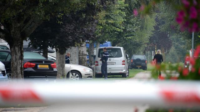 """Le délai de huit heures entre le massacre d'une famille britannique en Haute-Savoie et la découverte d'une fillette survivante retrouvée prostrée à leurs pieds dans la voiture, s'explique par le fait que la scène a été """"gelée"""" dans l'attente de techniciens parisiens.[AFP]"""