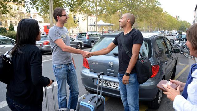 """""""Passer un tiers de ma paye dans l'essence c'était pas raisonnable"""", raconte Séverine Renault, jeune salariée adepte depuis un an du covoiturage entre Lyon et Grenoble, un mode de transport qui avec la flambée du pétrole connaît un engouement sans précédent.[AFP]"""