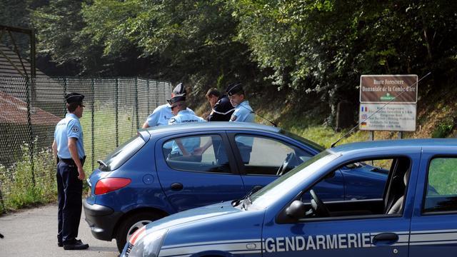 """Le délai de huit heures entre le massacre de la famille britannique en Haute-Savoie et la découverte de la fillette survivante prostrée dans la voiture s'explique par le """"gel"""" de la scène de crime, se défendent les enquêteurs, anticipant un début de polémique. [AFP]"""