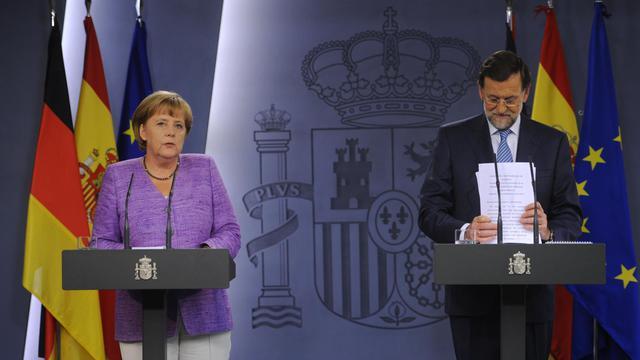 """Les dirigeants espagnol Mariano Rajoy et allemand Angela Merkel ont assuré jeudi à Madrid qu'ils feraient """"tout ce qui est nécessaire pour résoudre la crise de l'euro"""", refusant d'évoquer précisément l'option d'un sauvetage financier pour l'Espagne. [AFP]"""