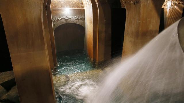 """A proximité de la porte d'Orléans, dans le sud de Paris, derrière un banal mur d'enceinte se niche le réservoir de Montsouris, l'une des cinq grandes réserves d'eau potable de la capitale, """"palais"""" souterrain soutenu par 900 piliers édifiés au 19e siècle. [AFP]"""