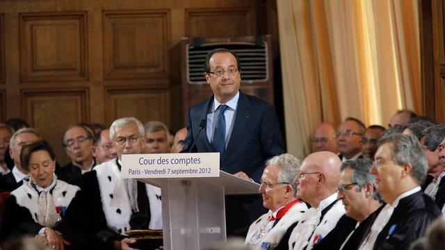 Soupçonné de vouloir renier les promesses fiscales du président François Hollande, à commencer par l'emblématique taxe à 75% sur les plus hauts revenus, le gouvernement a répété vendredi qu'il tiendrait tous ses engagements dans le budget 2013. [POOL]