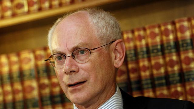"""Le président de l'UE, Herman Van Rompuy, a annoncé jeudi qu'il allait entamer la semaine prochaine ses consultations sur le renforcement de l'Union économique et monétaire, qu'il propose de doter d'un """"budget central"""", avec une émission limitée de dette commune, pour réduire les risques de contagion. [AFP]"""