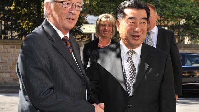 Le Premier ministre luxembourgeois Jean-Claude Juncker, également chef de file des ministres des Finances de la zone euro, a reçu samedi à Luxembourg le vice-Premier ministre chinois Hui Liangyu sur fond de querelle commerciale entre l'UE et la Chine. [AFP]