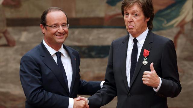 L'ex-Beatles Paul McCartney a été décoré samedi de la Légion d'honneur dans les salons de l'Elysée par François Hollande, a annoncé la présidence de la République dans un communiqué. [POOL]