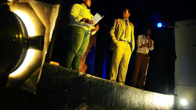 """Dans un bar typique de Kampala, deux amis, Samson et Olu, partagent une bière après une partie de billard et se confient. """"Tu sais, Olu, je suis homosexuel"""", lâche nerveusement Samson. Un aveu qui bouleversera sa vie d'homme d'affaires à succès et le conduira à la mort. [AFP]"""