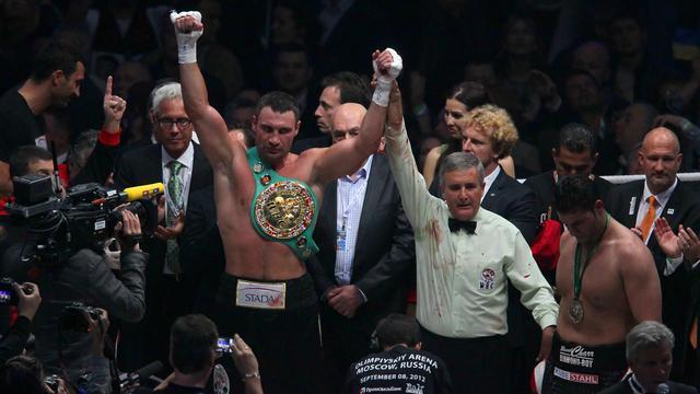 L'Ukrainien Vitali Klitschko a conservé sans surprise son titre WBC des poids lourds en battant facilement, samedi à Moscou, l'Allemand Manuel Charr par arrêt de l'arbitre lors de la 4e reprise, en raison d'une blessure de son adversaire. [POOL]