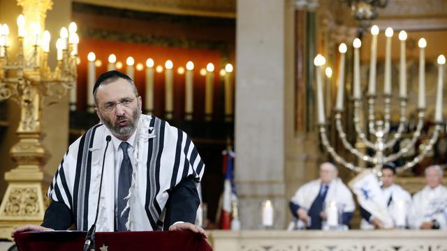 Plusieurs centaines de personnes ont assisté, dimanche à la synagogue de la Victoire à Paris (IXe arrondissement), à une cérémonie en mémoire des déportés et des victimes de la Shoah, 70 ans après la rafle du Vel d'Hiv. [AFP]