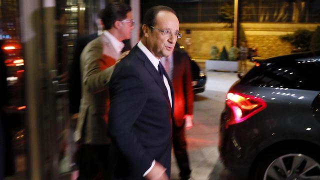 """François Hollande a-t-il fait du Nicolas Sarkozy dimanche à la télévision ? Le chef de l'Etat a en tout cas troqué ses habits de président """"normal"""" pour ceux de """"chef de guerre"""", selon les éditorialistes qui y voient lundi une posture similaire à celle de son prédécesseur à l'Elysée. [AFP]"""