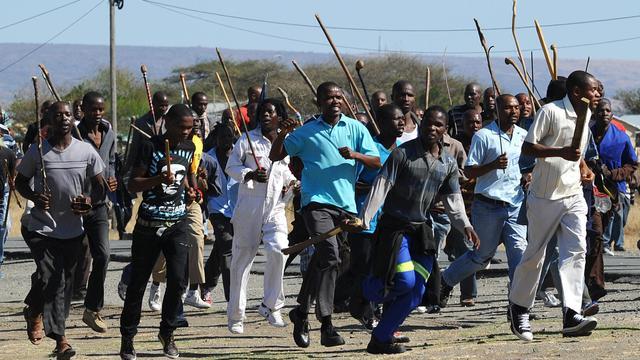Quelque 15.000 mineurs sud-africains ont à nouveau débrayé lundi dans une mine d'or proche de Johannesburg dans un climat social toujours tendu par le bras de fer qui se poursuit à la mine de Marikana, théâtre d'une sanglante fusillade policière le 16 août. [AFP]
