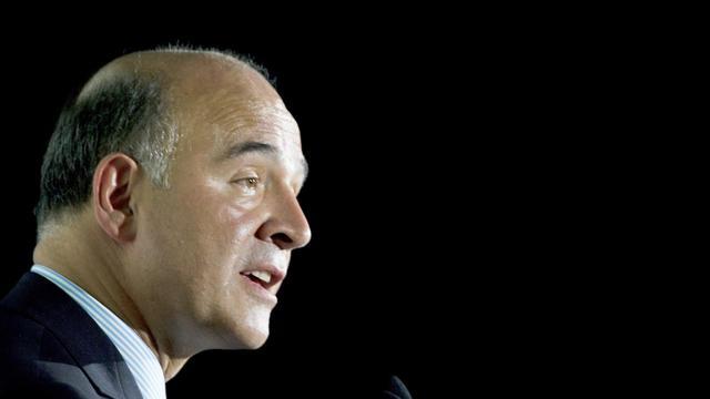 """Le ministre français des Finances, Pierre Moscovici, a souligné la volonté de Paris d'""""aider"""" la Grèce, à condition que celle-ci mette en pratique ses engagements de redressement, dans un entretien à un quotidien grec publié jeudi, à son arrivée pour une visite à Athènes. [AFP]"""