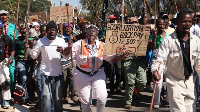 """La tension persistait sur le front social mercredi en Afrique du Sud, où des mineurs du géant Amplats ont commencé à bloquer les routes de la """"ceinture de platine"""" autour de Rustenburg (nord), alors que le tribun populiste Julius Malema voulait s'adresser à l'armée. [AFP]"""