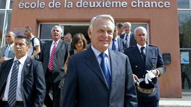 """Jean-Marc Ayrault a bouclé mardi sa visite de deux jours à Marseille par une rencontre avec l'équipe pédagogique et les élèves de l'Ecole de la deuxième chance (E2C), symbole, selon le Premier ministre, du """"potentiel formidable"""" de la ville pour endiguer la criminalité. [POOL]"""