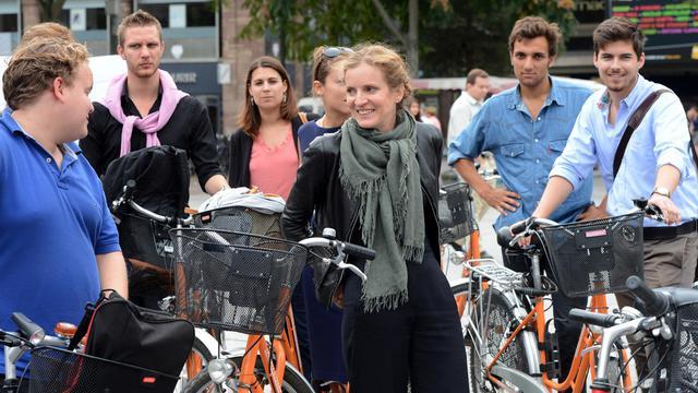 Roulée en boule sur un fauteuil TGV, Nathalie Kosciusko-Morizet récupère une petite heure de sommeil, en route vers Strasbourg, où elle poursuit sa quête des 8.000 parrainages qui lui permettraient d'être candidate à la présidence de l'UMP. [AFP]