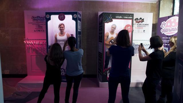 """""""Mr Muscle"""", """"le Rocker"""", """"l'Aventurier"""" ou """"le Barbu"""" : des boîtes géantes de poupées accueillent des membres du site de rencontre AdopteUnMec.com qui a inauguré mardi soir une boutique à Paris avec des hommes en vitrine. [AFP]"""