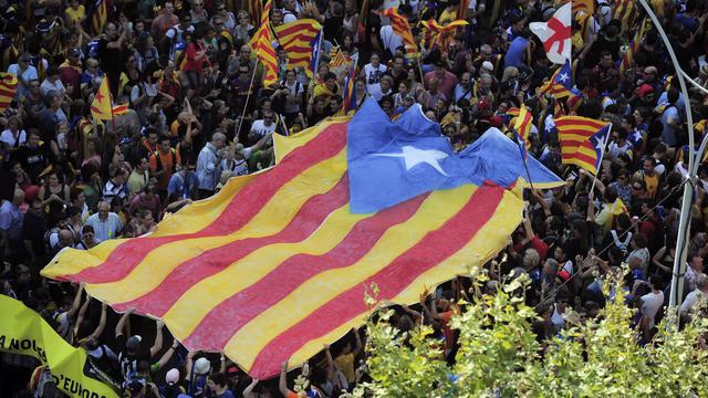 Brandissant des drapeaux catalans, des dizaines de milliers de personnes se massaient mardi à Barcelone, à l'occasion du Jour de la Catalogne, pour une grande manifestation des indépendantistes qui accusent l'Etat central d'entraîner cette riche région dans la crise. [AFP]
