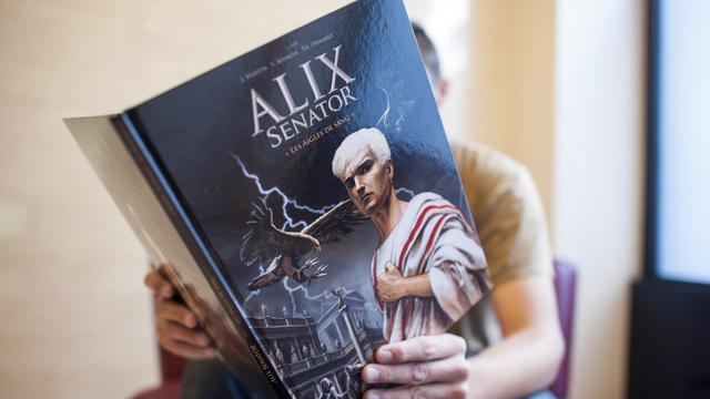 """Il était jeune, intrépide et célibataire. Le voilà quinquagénaire, sénateur et père. Alix prend un spectaculaire coup de vieux afin d'offrir un nouveau souffle à l'une des séries les plus populaires de la BD. Avec ses cheveux blancs et son regard grave, le nouvel Alix va surprendre les lecteurs à partir du 12 septembre, date de sortie du premier tome d'""""Alix Senator"""", """"Les aigles de sang"""". [AFP]"""