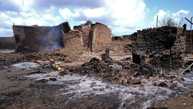 Une maison réduite en fumée, le 12 septembre 2012  à Kilelengwani, un village de la région kényane de Tana River, en proie à des tueries entre tribus [Carl de Souza / AFP/Archives]