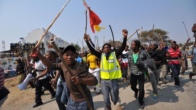 Des mineurs grévistes manifestent le 13 septembre 2012 à Rustenurg [Alexander Joe / AFP]
