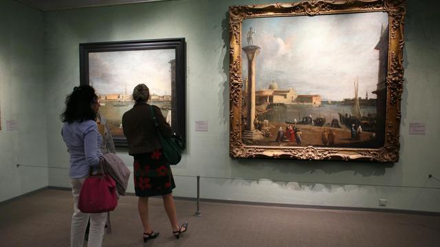 Des visiteurs admirent des tableaux de Canaletto au musée Jacquemart-André le 13 septembre 2012 à Paris [Thomas Samson / AFP]