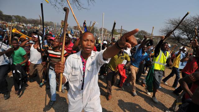 Des milliers de mineurs en grève à Rustenburg, en Afrique du sud le 13 septembre 2012 [Alexander Joe / AFP]