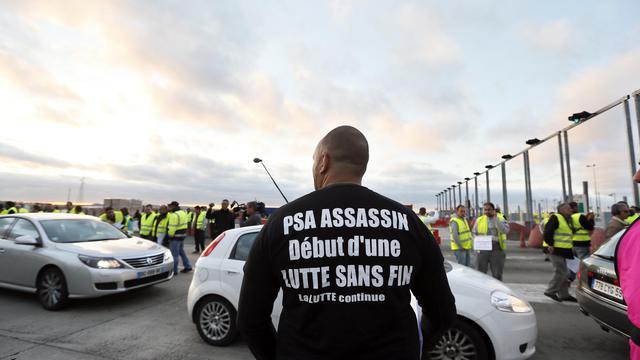 Un salarié de l'usine PSA d'Aulnay-sous-Bois sur le péage autoroutier de Senlis, dans l'Oise, le 14 septembre 2012 [Kenzo Tribouillard / AFP]