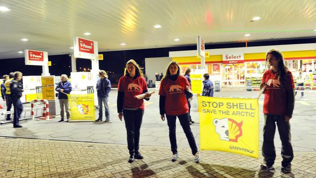 Des militants de Greenpeace bloquent le 14 septembre 2012 une sation d'essence Shell aux Pays-Bas pour protester contre les forages en Articque [Marcel Antonisse / AFP]