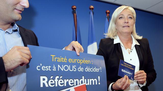 La présidente du Front national, Marine Le Pen, présente, aux côtés de Florian Philippot, vice-président, la campagne de son parti contre le traité budgétaire européen, à Nanterre, le 14 septembre 2012 [Jacques Demarthon / AFP]