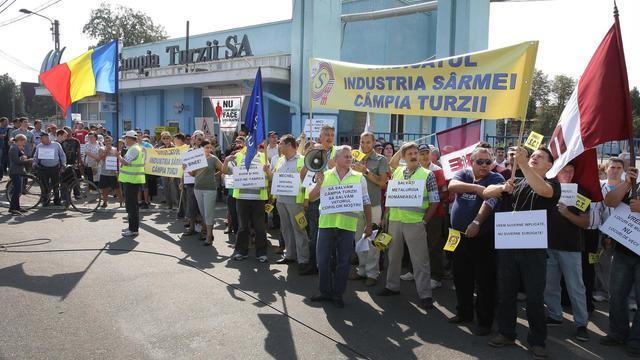 Des centaines de Roumains manifestent le 14 septembre 2012 devant l'usine métallurgique Mechel de Campia Turzii [Mircea Rosca / AFP]