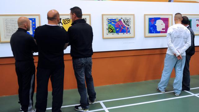 Des détenus regardent des lithographies de Matisse, à la centrale pénitentiaire de Maubeuge, le 14 septembre 2012 [Francois Lo Presti / AFP]