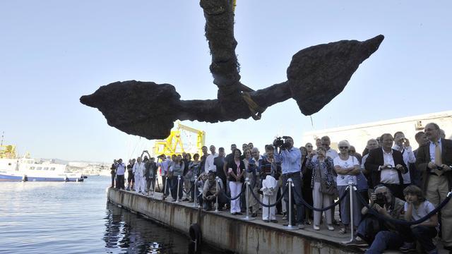 Une foule de curieux assiste à la sortie de l'eau de l'ancre du navire Grand Saint-Antoine, le 14 septembre 2012 à Marseille [Boris Horvat / AFP]
