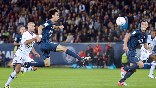 Le milieu de terrain argentin du PSG Javier Pastore (g) marque d'un lob le 14 septembre 2012 contre Toulouse [Miguel Medina / AFP]