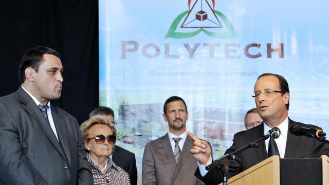 Le président François Hollande (d) prononce un discours devant Bernadette Chirac (2e g) à Eyrein le 14 septembre 2012 [Thierry Zoccolan / AFP]