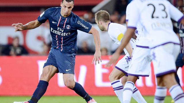 L'attaquant suédois du PSG Zlatan Ibrahimovic (g) aux prises avec le milieu de terrain toulousain Etienne Didot le 14 septembre 2012 au Parc des princes [Franck Fife / AFP]
