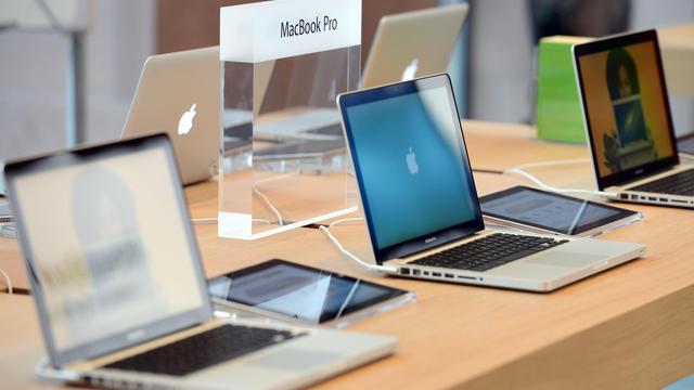Des ordinateurs exposés dans une boutique Apple [Patrick Hertzog / AFP/Archives]