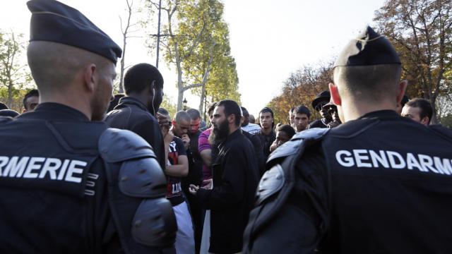 Des manifestants font face aux gendarmes le 15 septembre 2012 à Paris près de l'ambassade américaine [Kenzo Tribouillard / AFP]