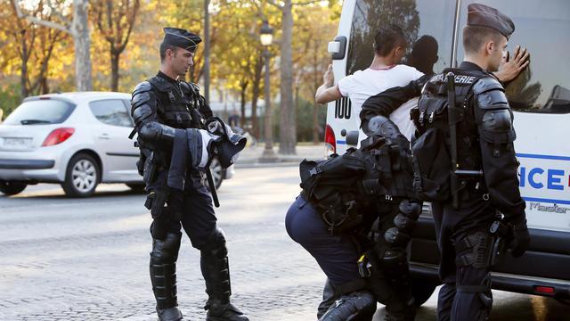 Un homme est interpellé après la manifestation près de l'ambassade des Etats-Unis à Paris, le 15 septembre 2012 [Kenzo Tribouillard / AFP]