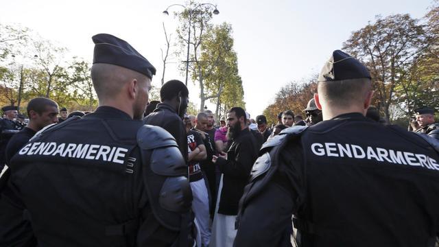 Les forces de l'ordre entourent des hommes qui manifestent à Paris contre un film anti-islam, le 15 septembre 2012 [Kenzo Tribouillard / AFP/Archives]