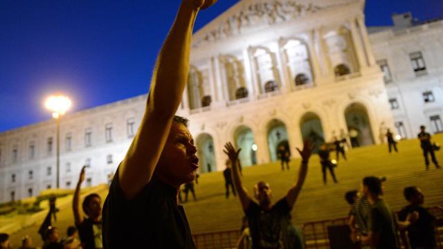 Des manifestents crient des slogans devant le Parlement à Lisbonne, le 15 septembre 2012 [Francisco Leong / AFP]