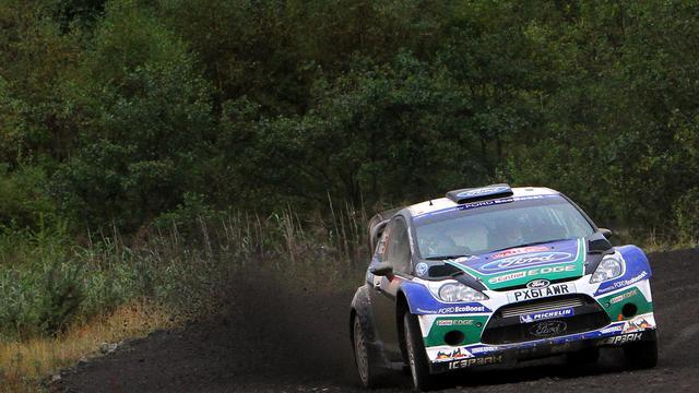 La Ford pilotée par le Finlandais Jari-Matti Latvala lors de la 16e spéciale du rallye de Grande-Bretagne, près de Cardiff, le 16 septembre 2012. [Geoff Caddick / AFP]