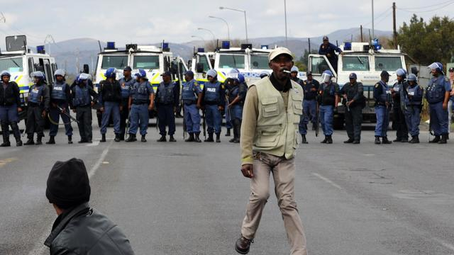 La police sud-africaine bloquent des mineurs en grève, à Rustenburg, dans le nord de l'Afrique du Sud, le 16 septembre 2012 [Alexander Joe / AFP/Archives]